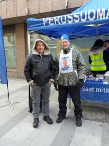 Odotettu ja pidetty Teuvo Hakkarainen pistäytyi Kiimingin Perussuomalaisten vieraana Oulun Rotuaarilla.